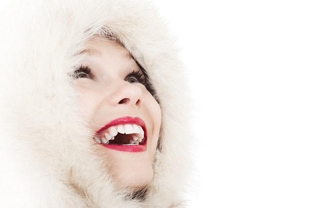 Junge Frau mit strahlend weißen Zähnen