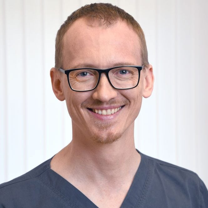 Zahnarzt Stefan Moser in der Praxis Sinseder