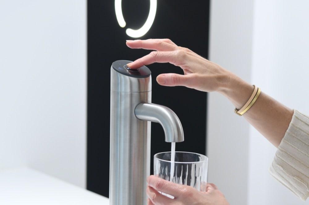 Frisches Wasser aus dem Wasserhahn zapfen
